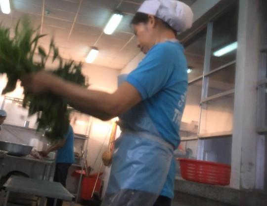 """""""Lặt"""" rau siêu tốc ở nhà bếp Công ty Nam Giang"""
