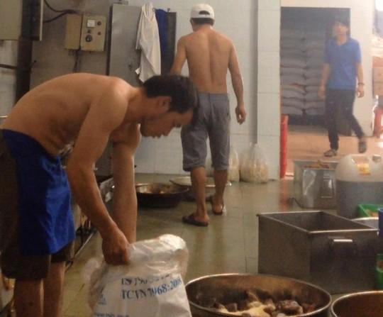 Chế biến suất ăn công nghiệp tại cơ sở Thành Huy