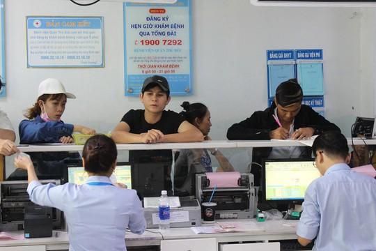 Người đến Bệnh viện quận Thủ Đức khám bệnh lần đầu khai thông tin để đưa vào hệ thống theo dõi của bệnh viện