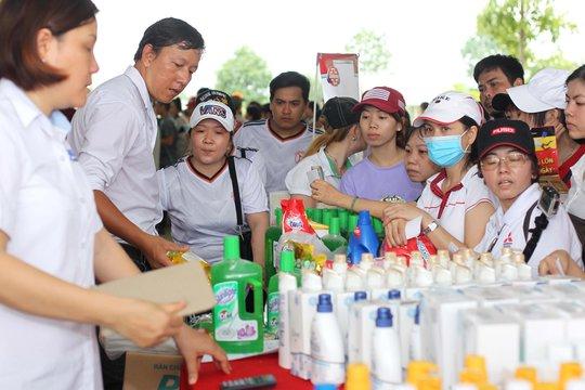 Công nhân các KCX-KCN TP HCM mua hàng giảm giá Ảnh: HOÀNG TRIỀU