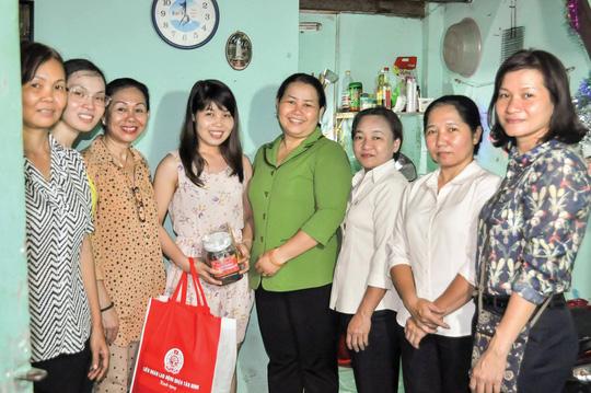 LĐLĐ quận Tân Bình, TP HCM và Hội LHPN quận thăm, tặng quà cho công nhân ở trọ