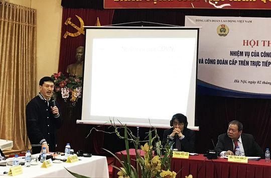 Ông Nguyễn Mạnh Cường (đứng) nêu lên những khó khăn trong hoạt động Công đoàn tại hội thảo