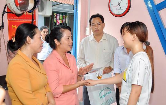 Bà Trần Kim Yến (thứ hai từ trái sang), Chủ tịch LĐLĐ TP HCM, thăm công nhân nhà trọ tại quận Tân Bình, TP HCM