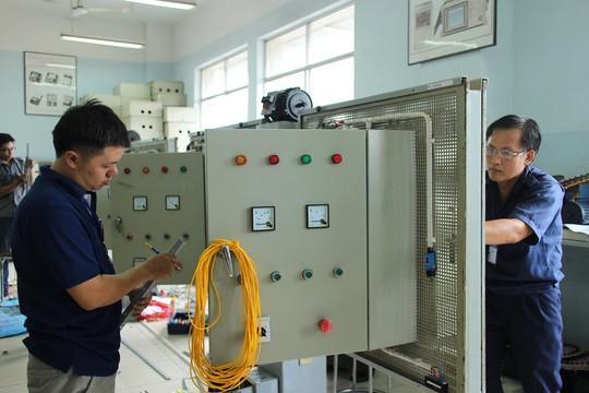 Công nhân thi Bàn tay vàng ngành điện công nghiệp do LĐLĐ TP HCM tổ chức