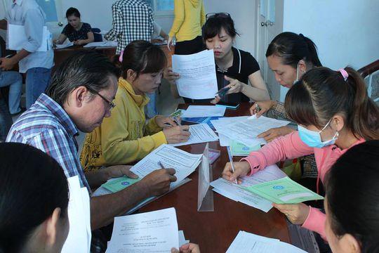 """Ứng viên đăng ký tìm việc tại Ngày hội """"Thanh niên công nhân với nghề nghiệp và việc làm"""""""