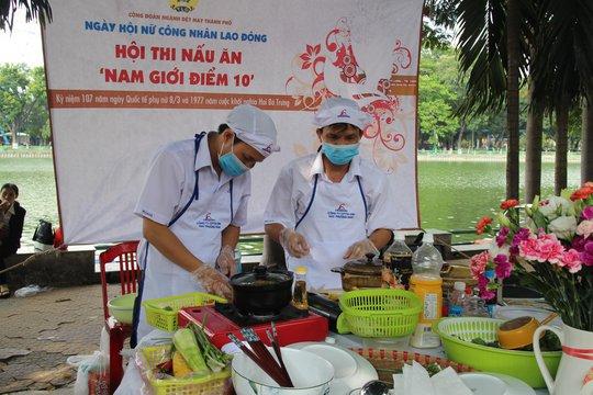 """Các thí sinh tham gia hội thi """"Nam giới điểm 10"""" tại Ngày hội nữ công nhân lao động do Công đoàn Dệt may TP HCM tổ chức"""
