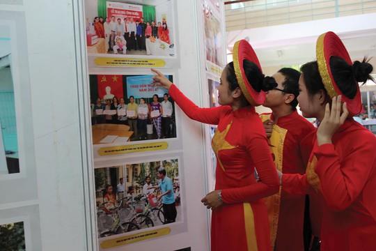 CNVC-LĐ quận Tân Bình, TP HCM, xem triển lãm ảnh về cuộc vận động học tập và làm theo gương Bác Hồ