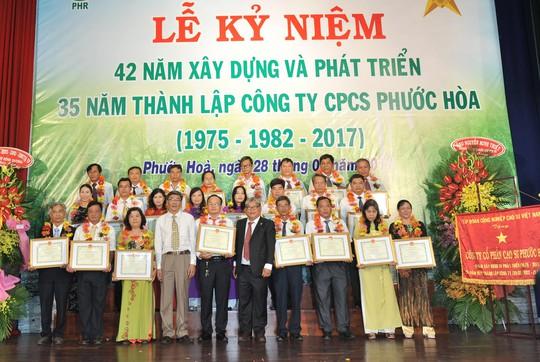 Người lao động công tác trên 30 năm được vinh danh tại lễ kỷ niệm