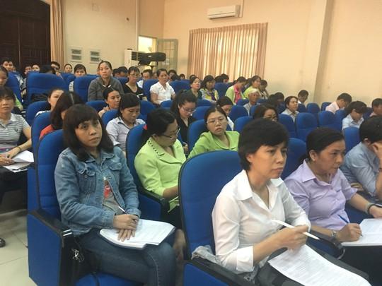 Cán bộ Công đoàn cơ sở nghe hướng dẫn cách thức tổ chức đại hội Công đoàn