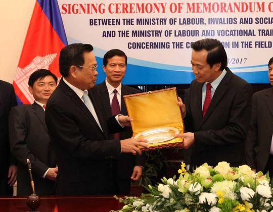 Bộ trưởng Bộ LĐ-TB-XH Đào Ngọc Dung (phải) cảm ơn phía Campuchia đã tạo điều kiện thuận lợi cho lao động Việt Nam sinh sống, làm việc