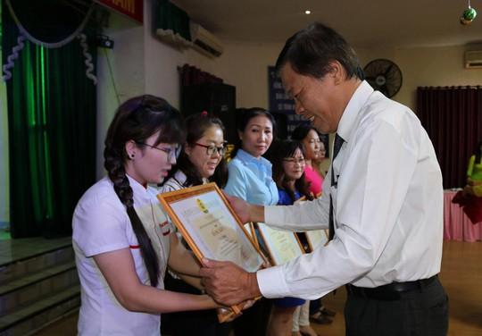 Ông Nguyễn Tuấn - Phó Chủ tịch LĐLĐ quận 11, TP HCM - trao bằng khen cho các cá nhân xuất sắc