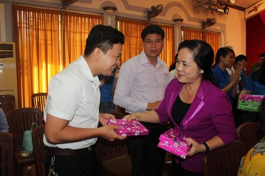 Bà Trần Kim Yến, Chủ tịch LĐLĐ TP HCM, trao quà cho đoàn viên ưu tú 2016