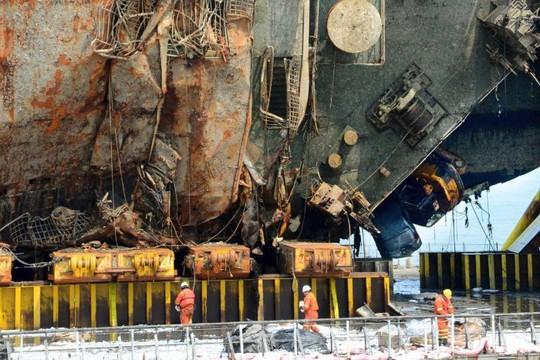 Phà Sewol được trục vớt vào tuần trước sau gần 3 năm nằm dưới đáy đại dương. Ảnh: AP