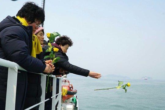 Người nhà nạn nhân tổ chức buổi lễ tưởng niệm vào sáng 28-3. Ảnh: AP