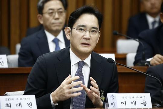 """""""Thái tử Samsung"""" điều trần trước Quốc hội Hàn Quốc vào tháng 12-2016. Ảnh: EPA"""