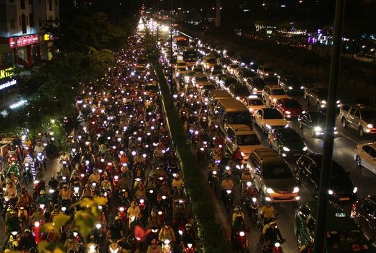 Đến 21 giờ ngày 28-4, lượng phương tiện vẫn đổ dồn vào một số tuyến đường quanh Bến xe Miền Đông như Phạm Văn Đồng, Đinh Bộ Lĩnh, Nguyễn Xí, Xô Viết Nghệ Tĩnh, Ung Văn Khiêm … (quận Bình Thạnh)