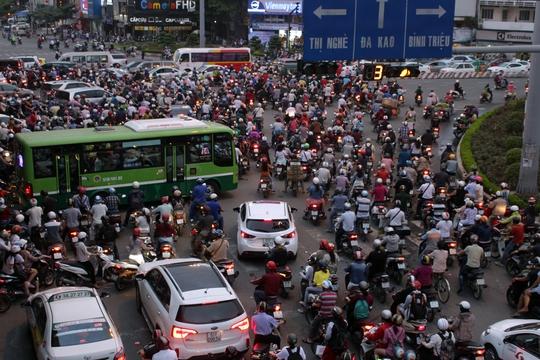 Khoảng 16 giờ 30, người chạy xe không ai nhường ai, không tuân thủ đèn tín hiệu nên ngã tư Hàng Xanh trở nên hỗn loạn