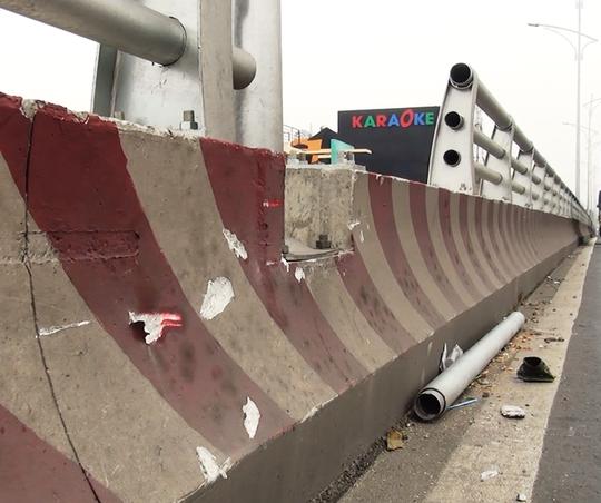 Trên cầu vượt ngã tư Gò Mây còn một thanh thép khác bị bung ra ngoài