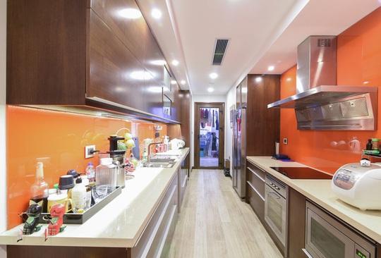 Đồ gia dụng hiện đại được tích hợp liền với kệ tủ giúp không gian bếp ngăn nắp.