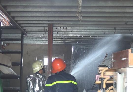 Lực lượng chức năng có mặt chữa cháy trong một căn nhà bị ảnh hưởng