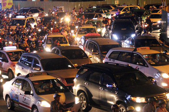 Càng về khuya, lượng xe cộ càng dồn lại, có những thời điểm các phương tiện ô tô phải xếp hàng chôn chân cả chục phút, trong khi đó, phương tiện xe máy nhúc nhích, luồn lách vào các chỗ trống.