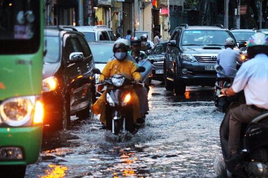 Tại các đoạn ngập nước, các phương tiện lưu thông khó khăn gây ra ùn ứ giao thông.