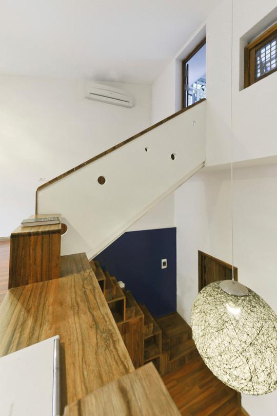 Việc nối liền không gian hai tầng giúp lưu thông không khí và tạo sự gần gũi cho các thành viên trong gia đình.