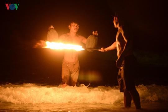 Những người đùa với lửa ở Thái Lan - Ảnh 9.