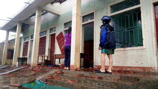 Cận cảnh trường học tan hoang, nhà cửa đổ nát sau bão - Ảnh 10.