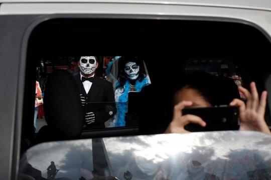 """Kinh dị """"bộ xương"""" diễu hành trong lễ hội người chết ở Mexico - Ảnh 9."""