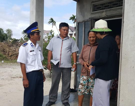 Cảnh sát biển Vùng III giúp dân vùng tâm bão số 12 - Ảnh 3.