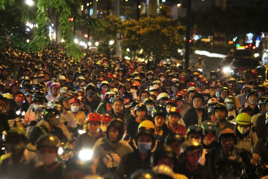 Cảnh kẹt xe xảy ra ở hàng loạt nút giao thông trên những tuyến đường này khiến hàng ngàn người mệt mỏi