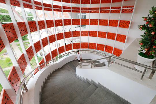Công trình nhà thiếu nhi TP HCM được thiết kế có cầu thang bộ hình xoắn ốc cùng với hệ thống thang máy hiện đại.