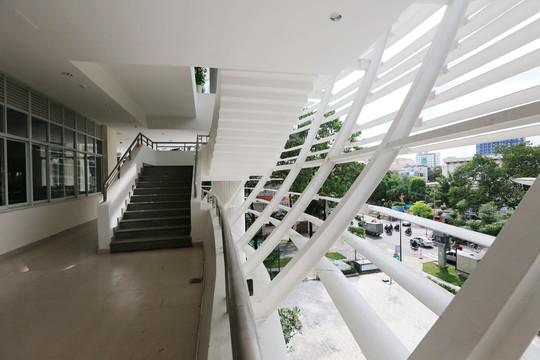 Công trình có diện tích hơn 5.000 m2 với việc lấy ánh sáng tự nhiên cùng cây xanh tạo nên một công trình xanh, gần gũi với thiên nhiên.