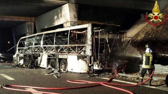 Chiếc xe buýt gặp nạn cháy rụi. Ảnh: BBC