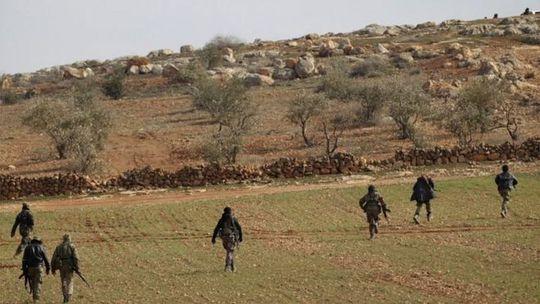 Phiến quân do Thổ Nhĩ Kỳ hậu thuẫn ở gần thị trấn Al-Bab. Ảnh: Reuters