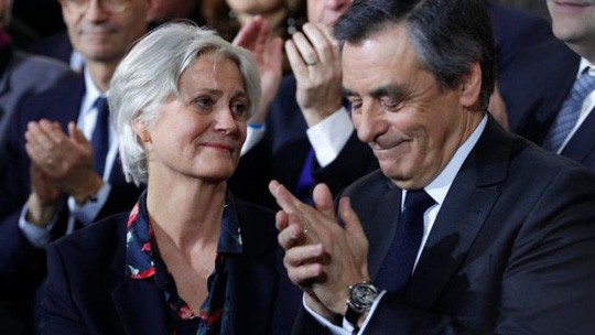 Ông Francois Fillon và vợ, bà Penelope. Ảnh: AP