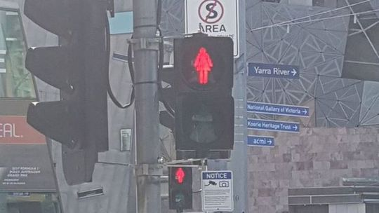 Tín hiệu giao thông hình phụ nữ được lắp đặt hôm 7-3 tại Melbourne. Ảnh: BBC