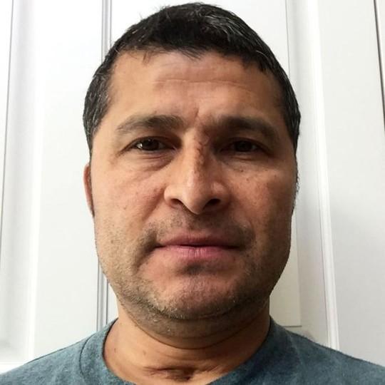 Ông Alcides Moreno, người đàn ông sống sót sau khi rơi từ tầng 47. Ảnh: BBC