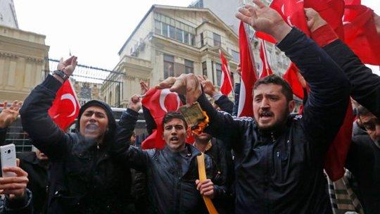Người ủng hộ ông Erdogan biểu tình phản đối Hà Lan ngăn 2 bộ trưởng Thổ Nhĩ Kỳ tham gia tuần hành. Ảnh: EPA