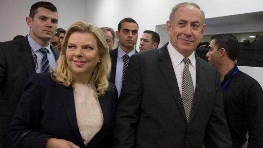 Vợ chồng Thủ tướng Israel Benjamin Netanyahu ra tòa hôm 14-3 tham dự phiên xử kiện ông bà bị nhà báo bôi nhọ. Ảnh: AP
