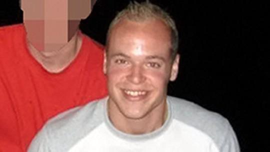 Richard Bull qua đời vì sạc điện thoại trong phòng tắm. Ảnh: BBC