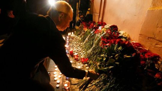 Tổng thống Nga Vladimir Putin đặt hoa tưởng niệm các nạn nhân. Ảnh: Reuters