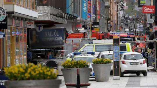 Hiện trường vụ lái xe tải lao vào đám đông. Ảnh: Reuters