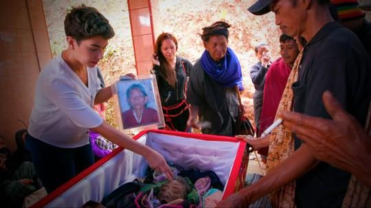 Theo quan niệm của người Toraja, lễ tang là thời điểm linh hồn của người đã khuất rời khỏi nhân gian và bắt đầu hành trình gian khó đến cõi tái sinh Pooya. Ảnh: BBC