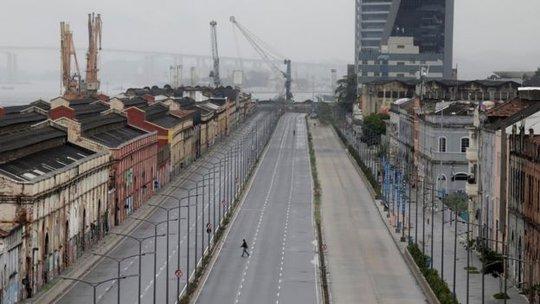 Nhiều tuyến đường lớn ở TP Rio vắng người do đám đông biểu tình chặn giao thông. Ảnh: Reuters