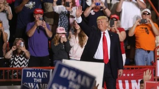 Ông Donald Trump tự hào sau 100 ngày đầu nhậm chức. Ảnh: Reuters
