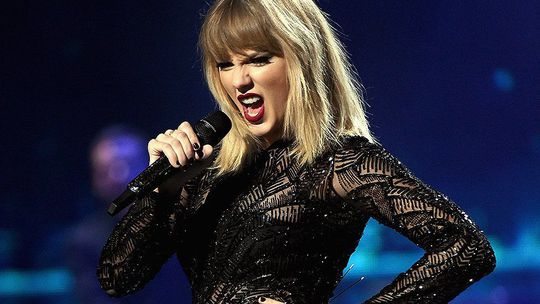 Taylor Swift giữa khen tặng và chỉ trích - Ảnh 1.