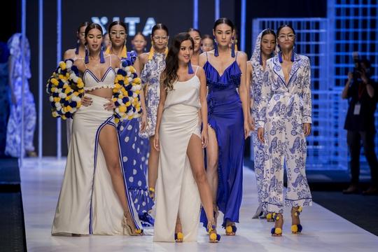 Những chiếc váy xẻ để lại nhiều ấn tượng với người xem