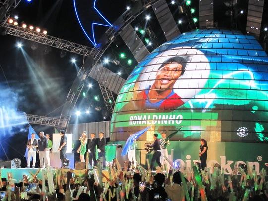 Ronaldinho Gaucho và Clarence Seedorf , khiến cho không khí càng náo nhiệt lên cao trào